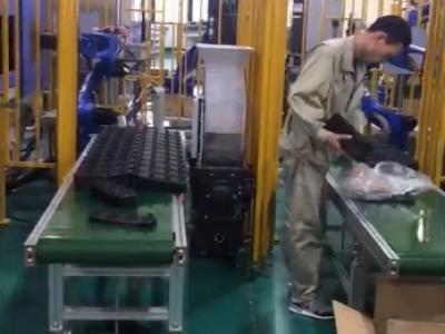 皮带输送机协助机器人实现全自动生产