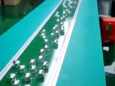 流水线输送机应用于化妆瓶盖生产